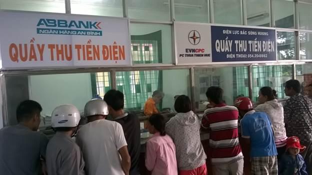 Người dân đóng tiền điện tại điểm thu tập trung của sở Điện lực.